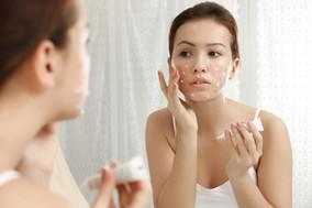 Уход за проблемной кожей лица летом: основные правила гигиены и выбор косметики